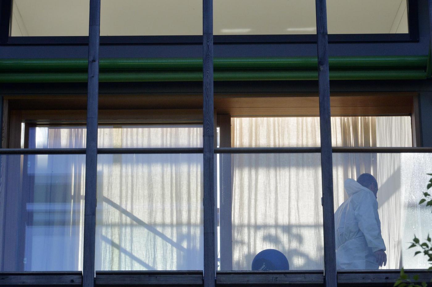 Trento, padre uccide i figli di 2 e 4 anni a martellate e si suicida: aveva mentito sui debiti