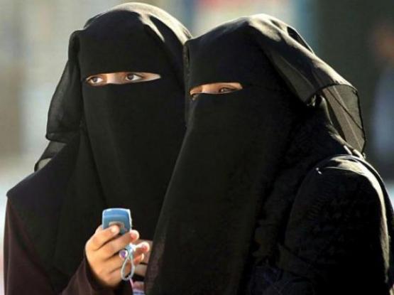 Si rifiuta di portare il velo islamico e la madre la rasa a zero