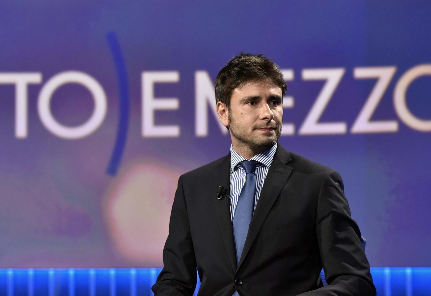 Alessandro Di Battista vaccinerà suo figlio: «Così vediamo se credete ancora a Renzi»