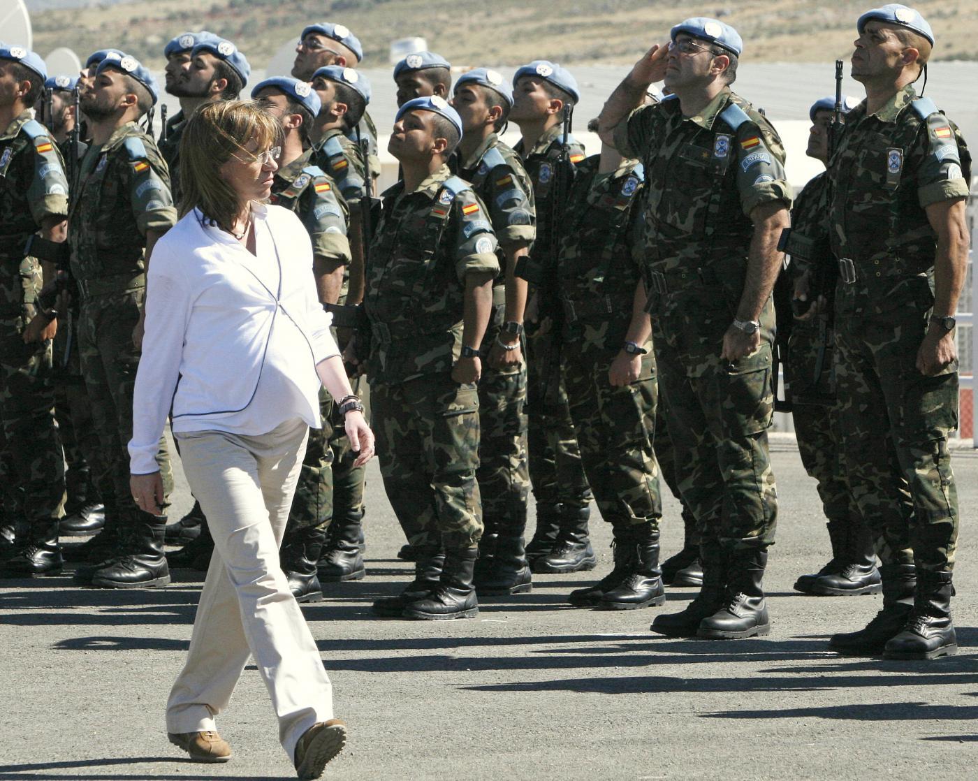 Morta Carme Chacón, l'ex ministra della Difesa spagnola che sfilava con il pancione