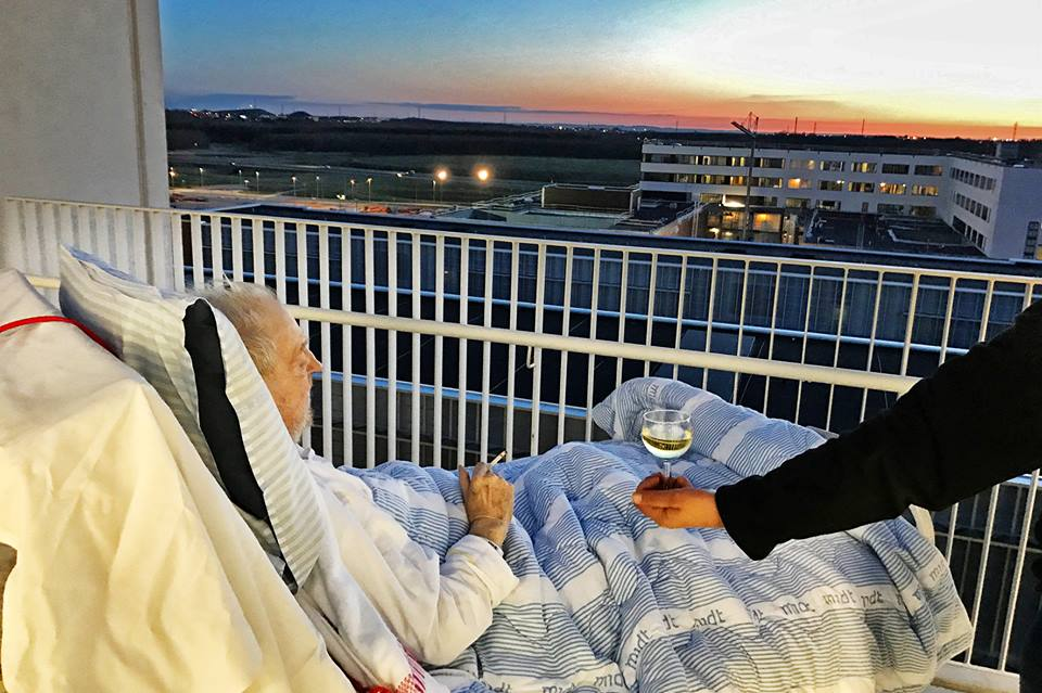 L'ultimo desiderio del malato terminale: sigaretta, vino e tramonto