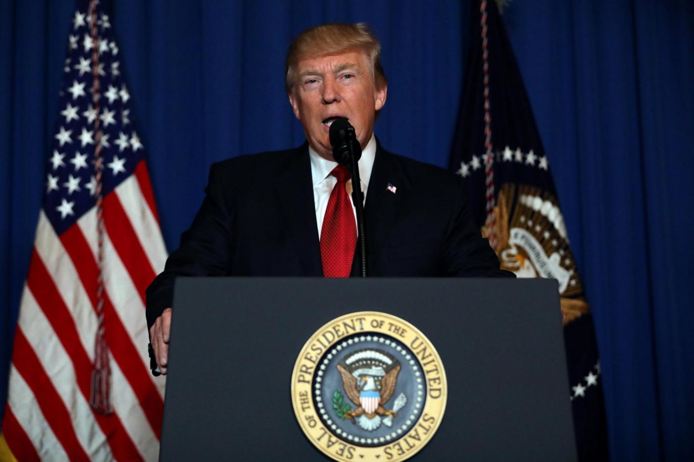 Siria, Donald Trump cambia strategia: attacco USA sulla base aerea siriana delle armi chimiche