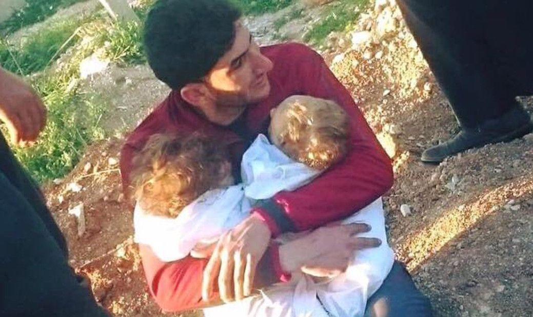 Armi chimiche Siria, papà culla i due gemellini morti nell'attacco chimico a Idlib