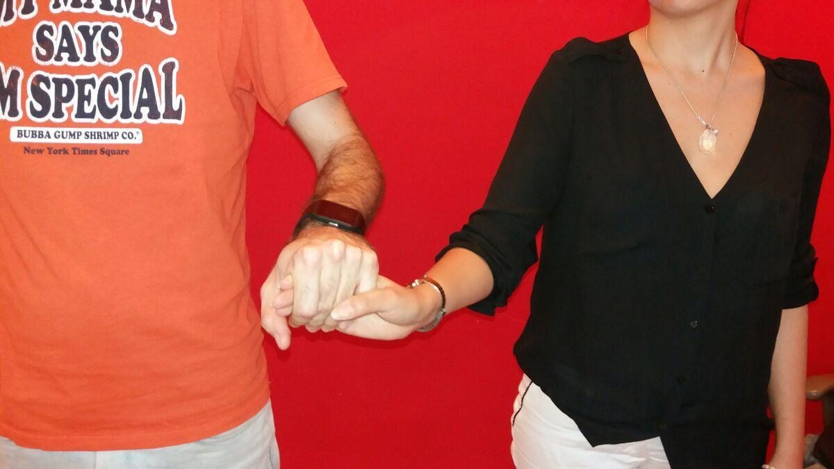 6 tenersi per le dita muovendo la mano