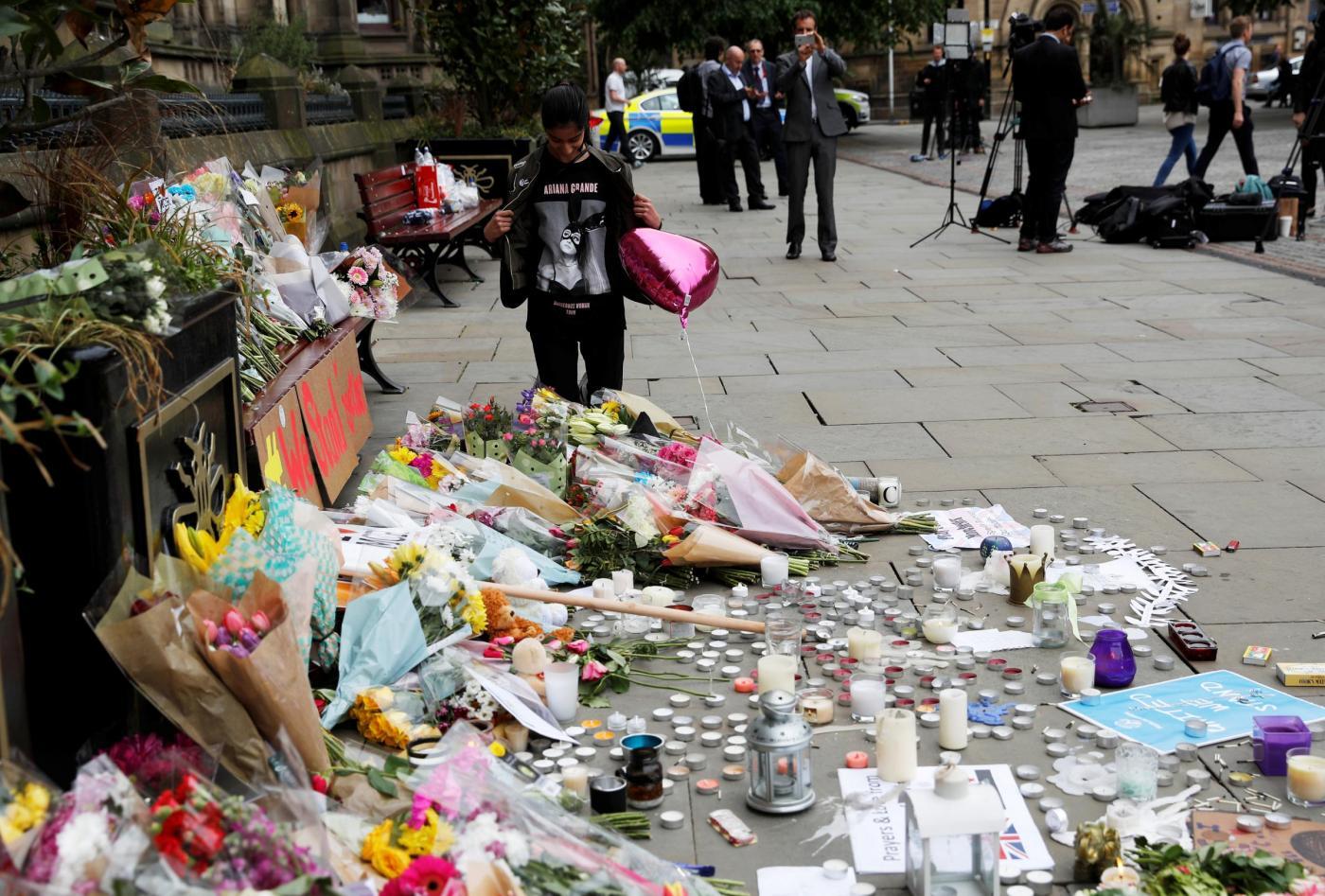 Manchester, fiori e biglietti alla veglia per le vittime dell'attentato