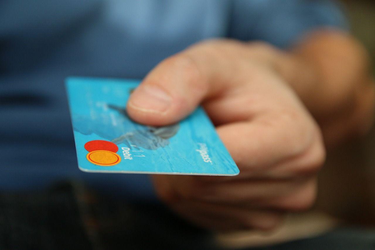 Pos: multe per chi non accetta il pagamento con bancomat e carte di credito