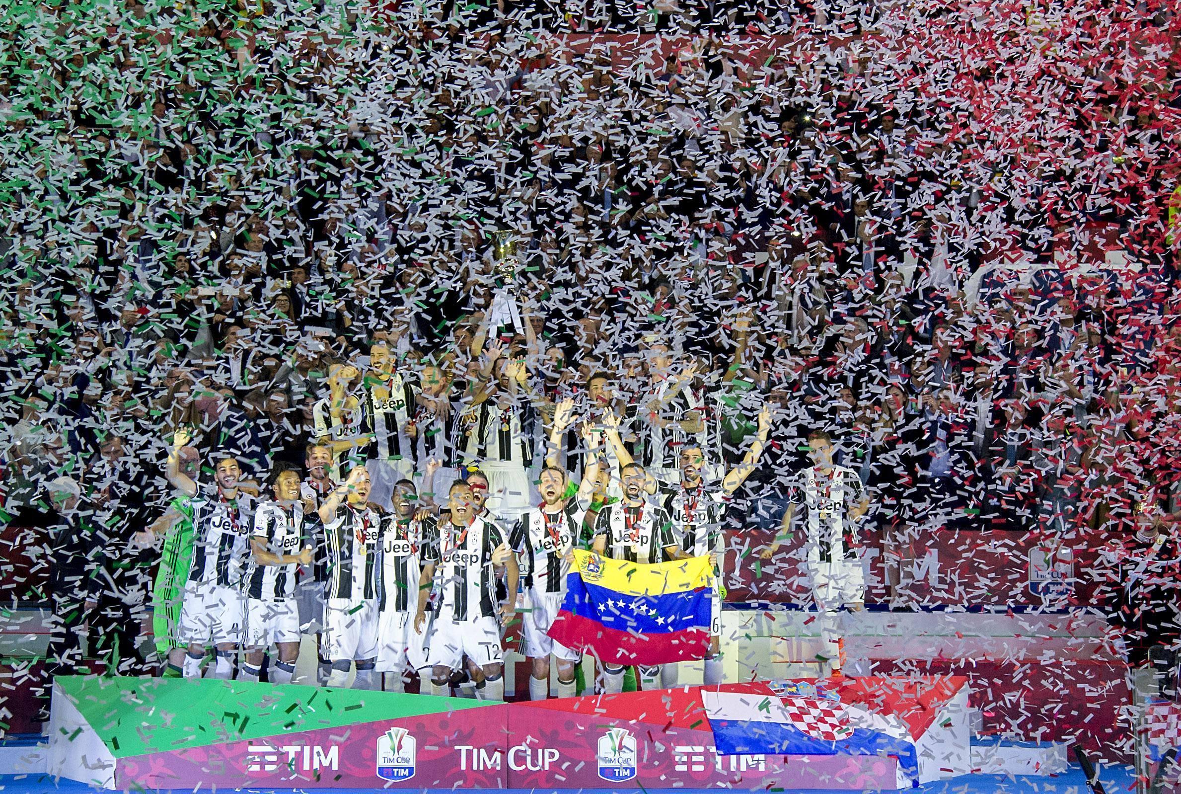 Calcio: Mattarella premia la Juventus dopo finale Coppa Italia