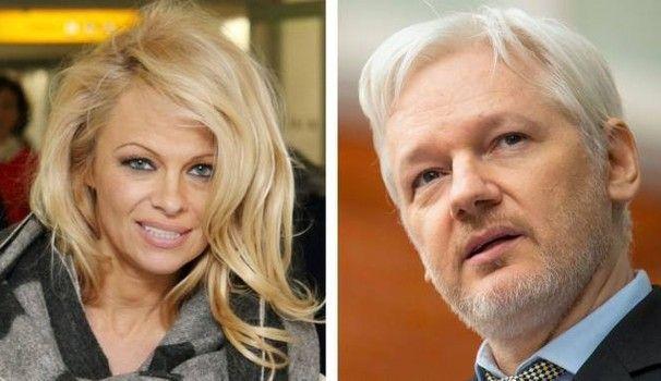 Pamela Anderson e Julian Assange sono fidanzati: 'Sì, lo amo', la confessione dell'attrice