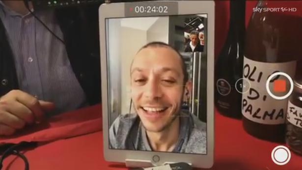 Valentino Rossi a Edicola Fiore: Tea Falco si propone come fidanzata