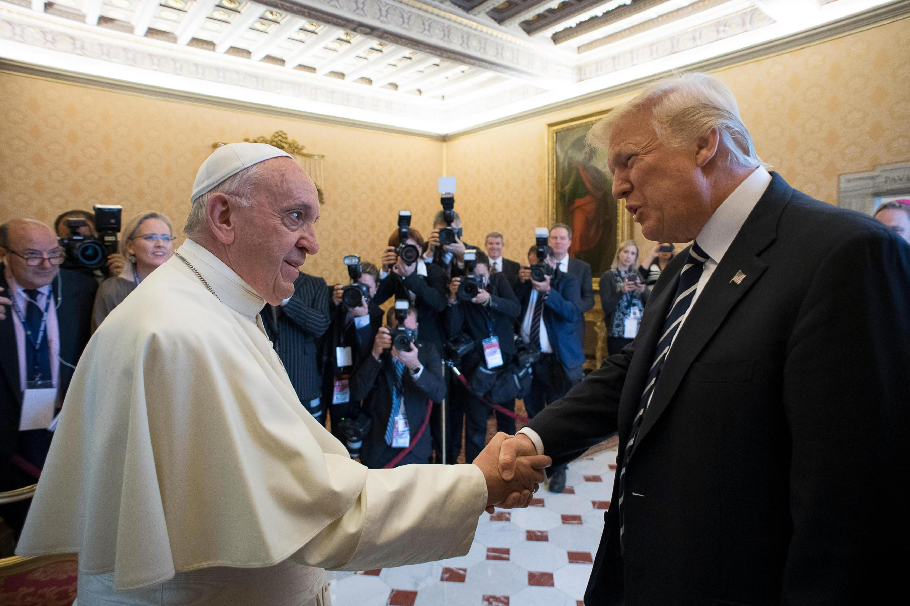 Trump a Roma: regali e frecciatine con Papa Francesco