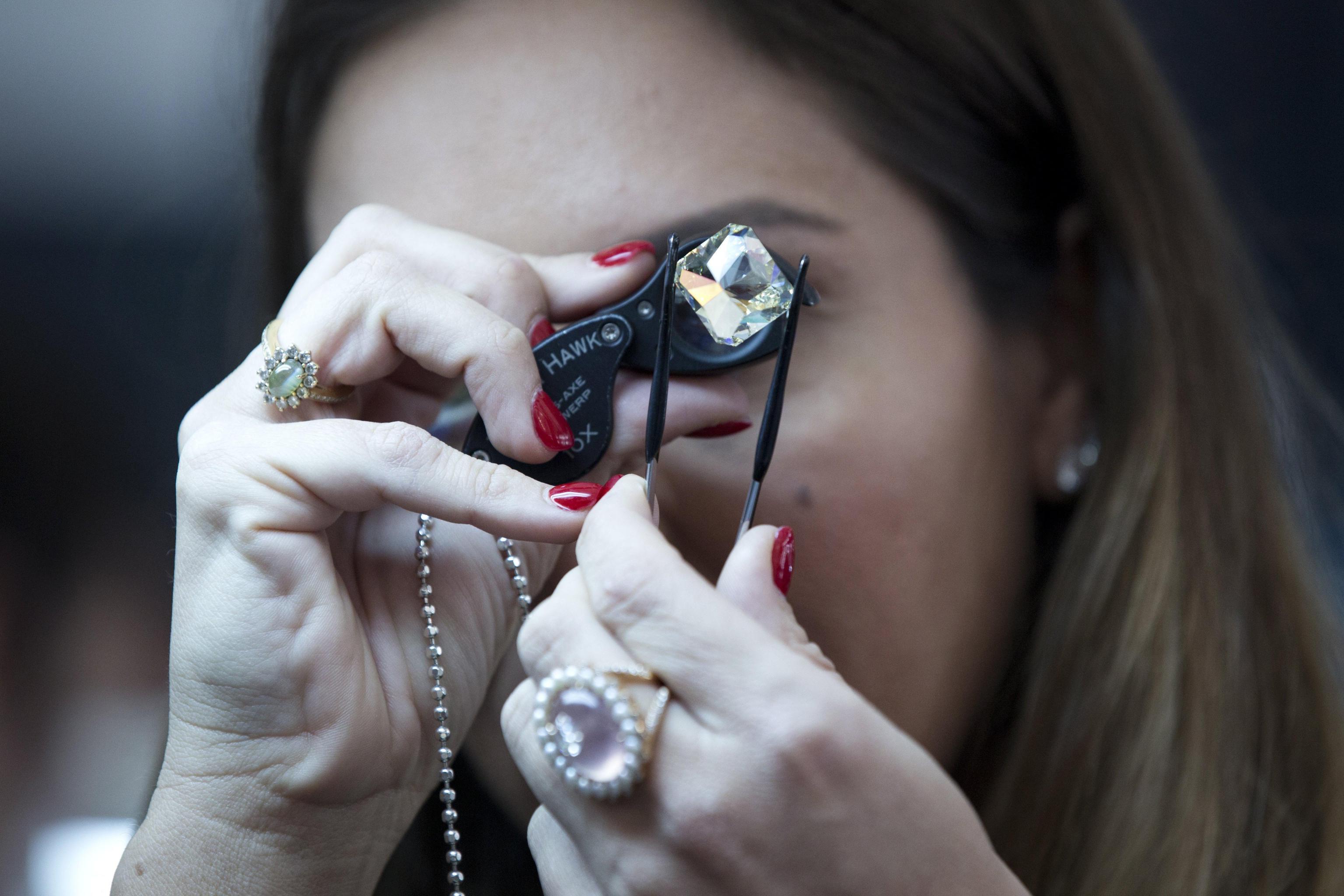 Compra un anello a 10 sterline in un mercatino e scopre che è un vero diamante