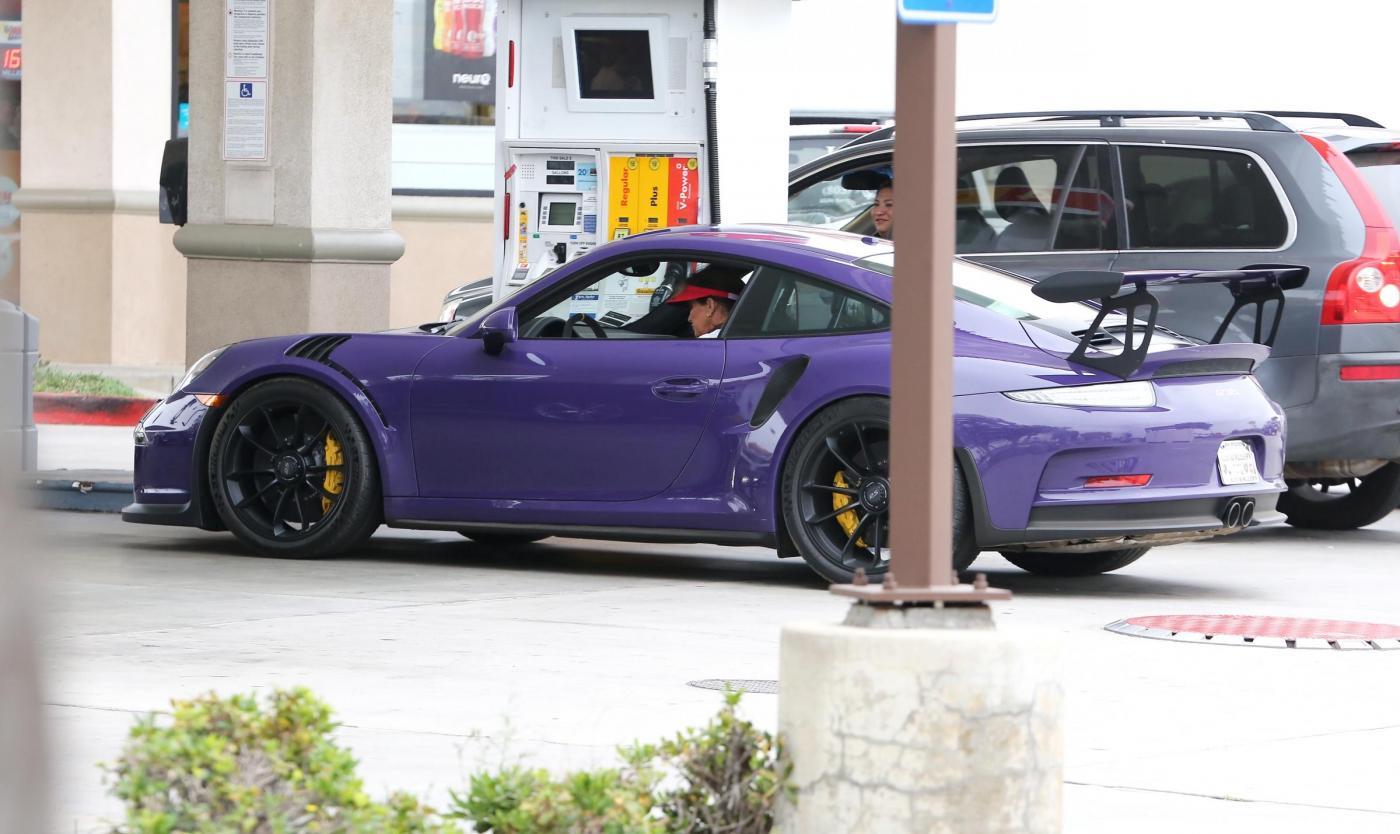 Caitlyn Jenner fa benzina alla Porsche viola