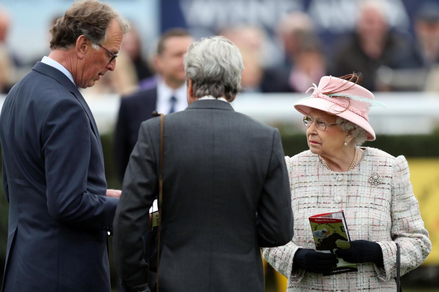 La Regina Elisabetta II compie 91 anni e va alla corsa dei cavalli