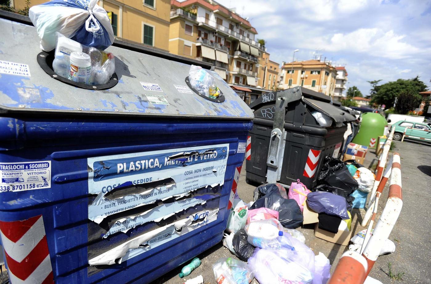 Emergenza rifiuti a Roma: è scontro tra Virginia Raggi e la Regione