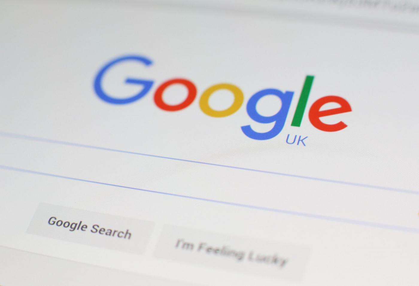Come proteggere i dati personali online: le informazioni da non condividere mai su Facebook e Google