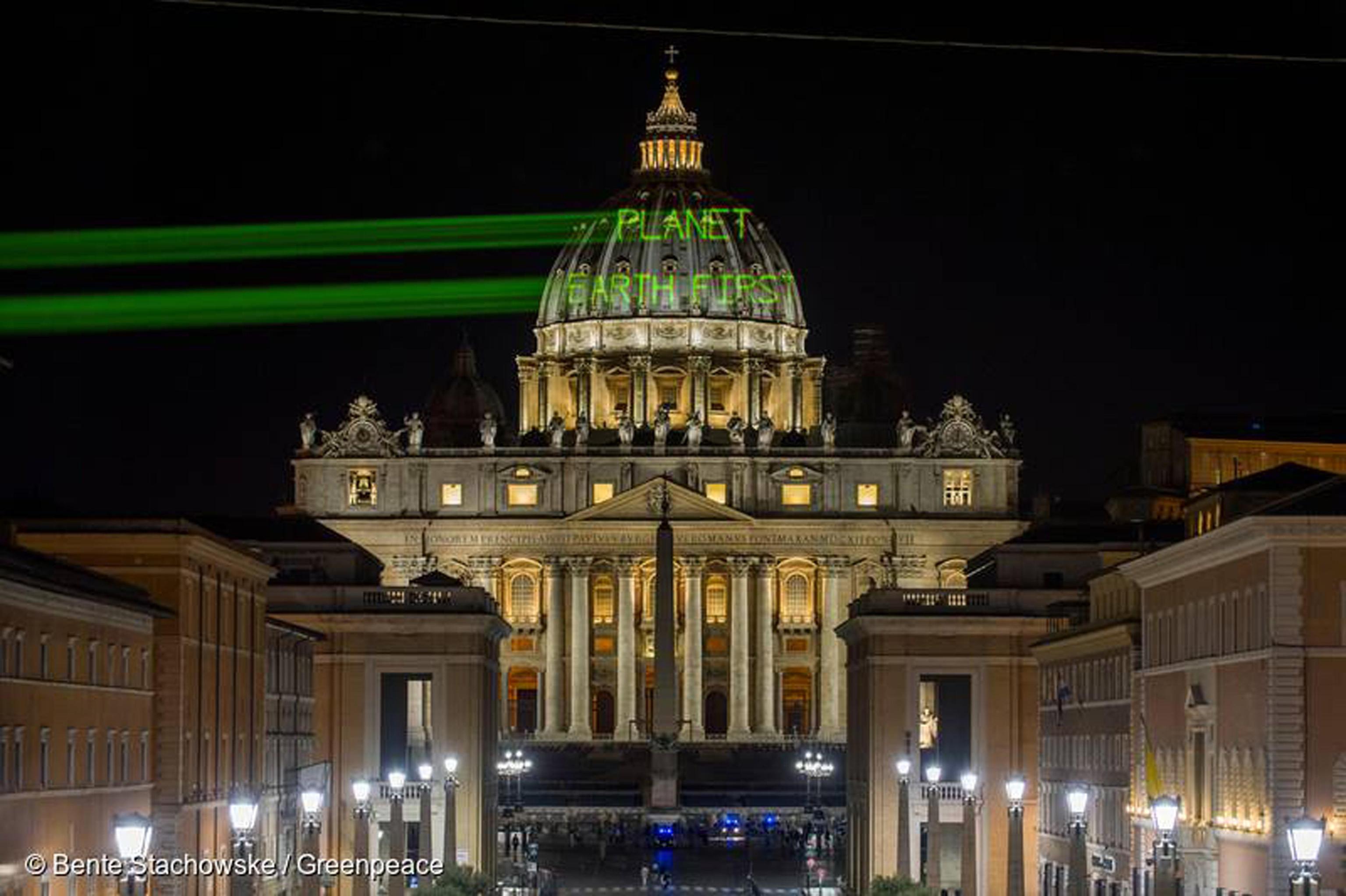 Trump: nella notte messaggio Greenpeace su cupola San Pietro