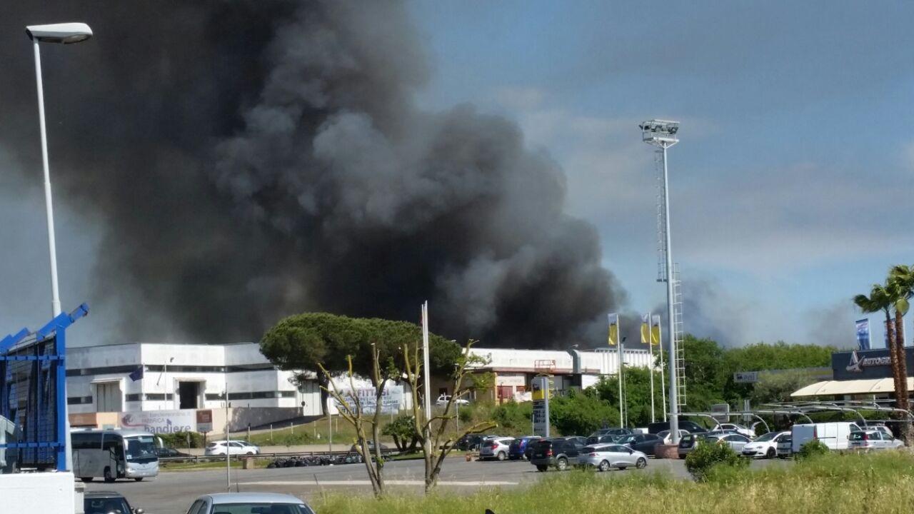 Incendio a Pomezia in deposito plastica, nube nera verso Roma: «Non aprite le finestre»