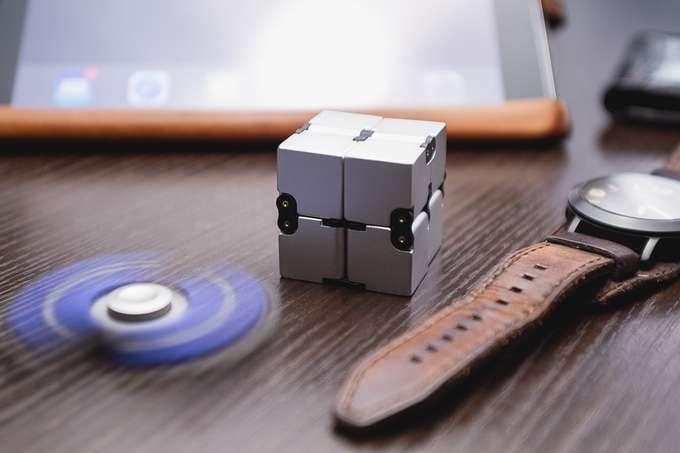 Infinity Cube, l'erede del fidget spinner per grandi