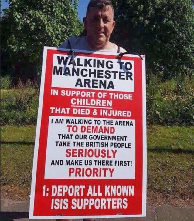 Nove miglia a piedi fino alla Manchester Arena per solidarietà alle vittime dell'attentato