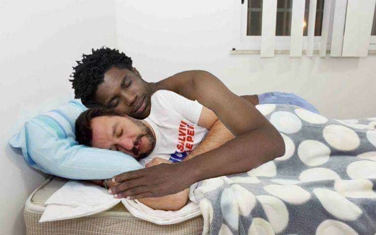 Matteo Salvini dorme al CARA di Mineo, i meme invadono i social