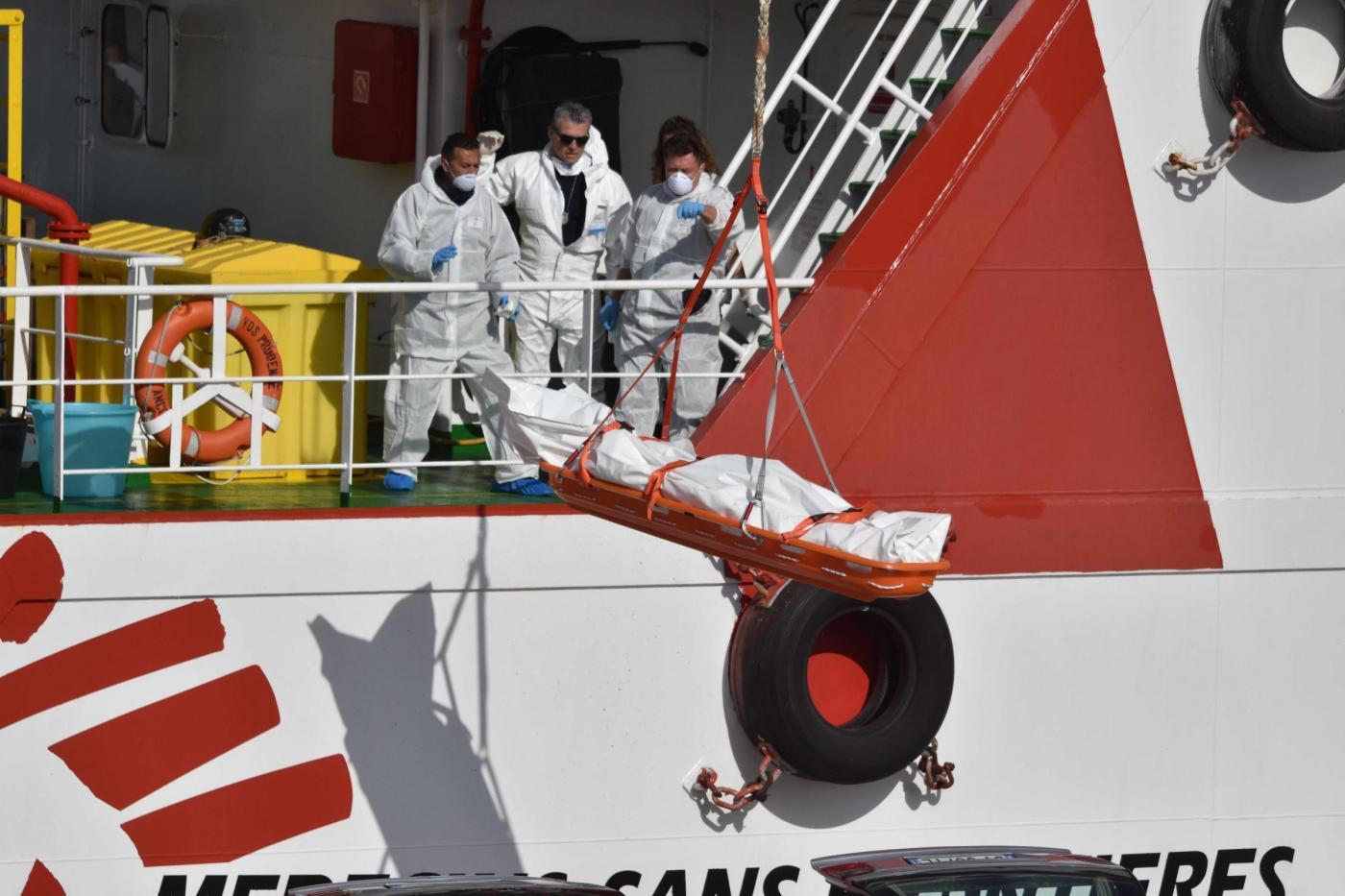 Catania, arrivo migranti morti recuperati da Medici senza frontiere