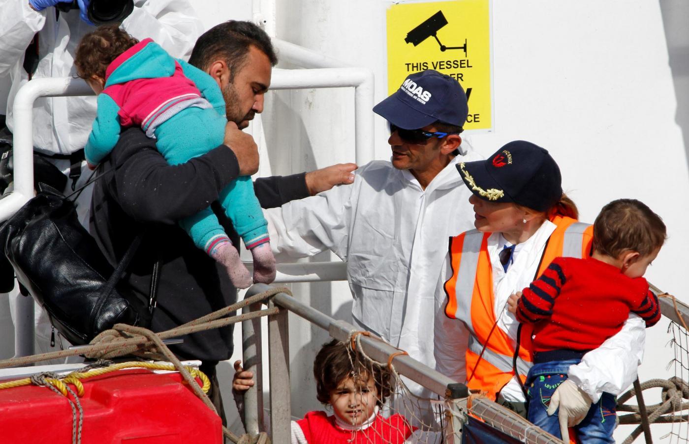 Migranti, sbarca la nave di soccorso Phoenix a Catania