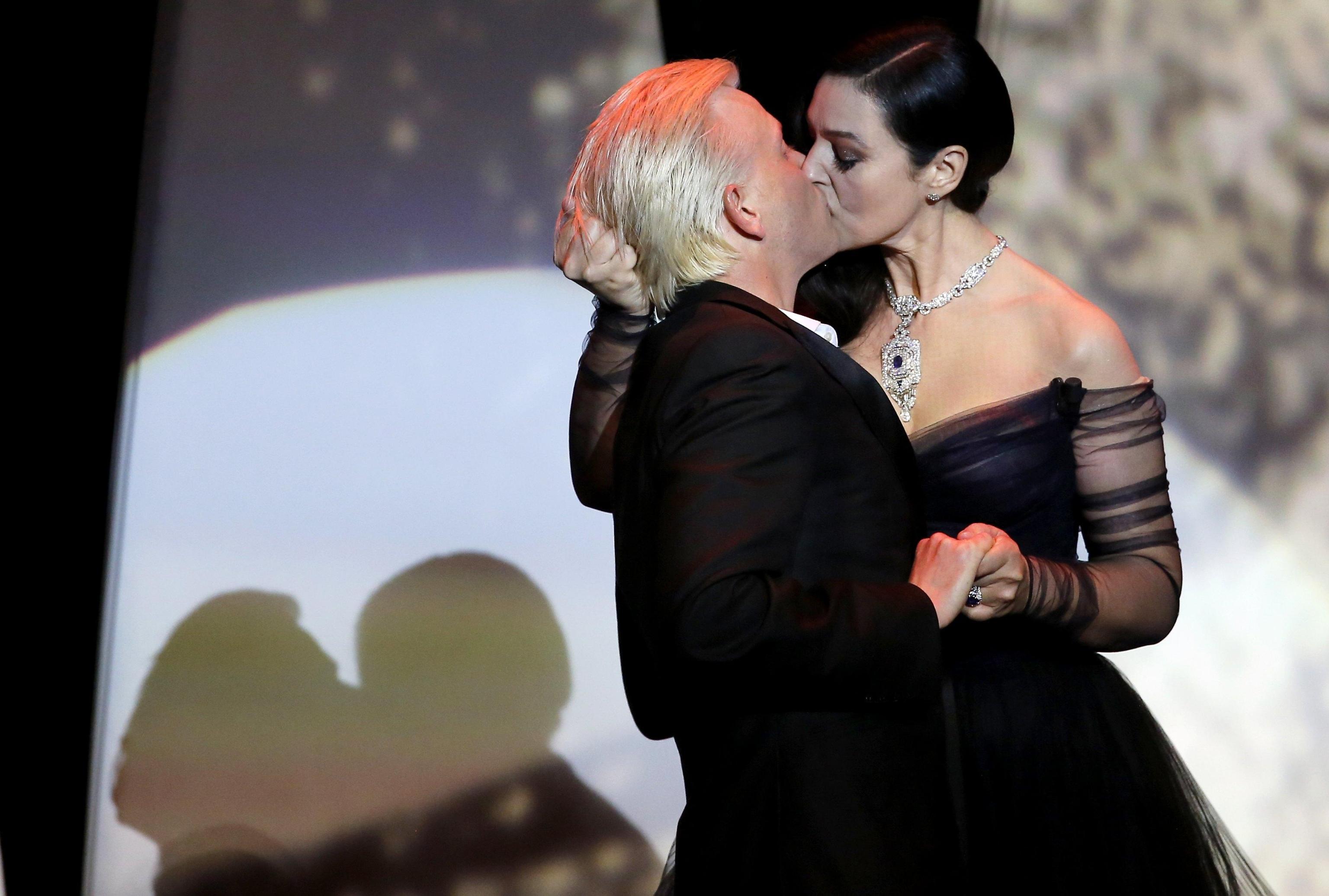 Cannes 2017: Monica Bellucci inaugura il Festival con un bacio