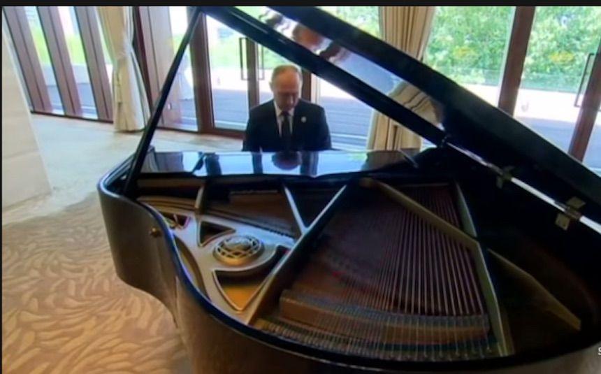 Vladimir Putin suona il piano a Pechino, il video diventa virale