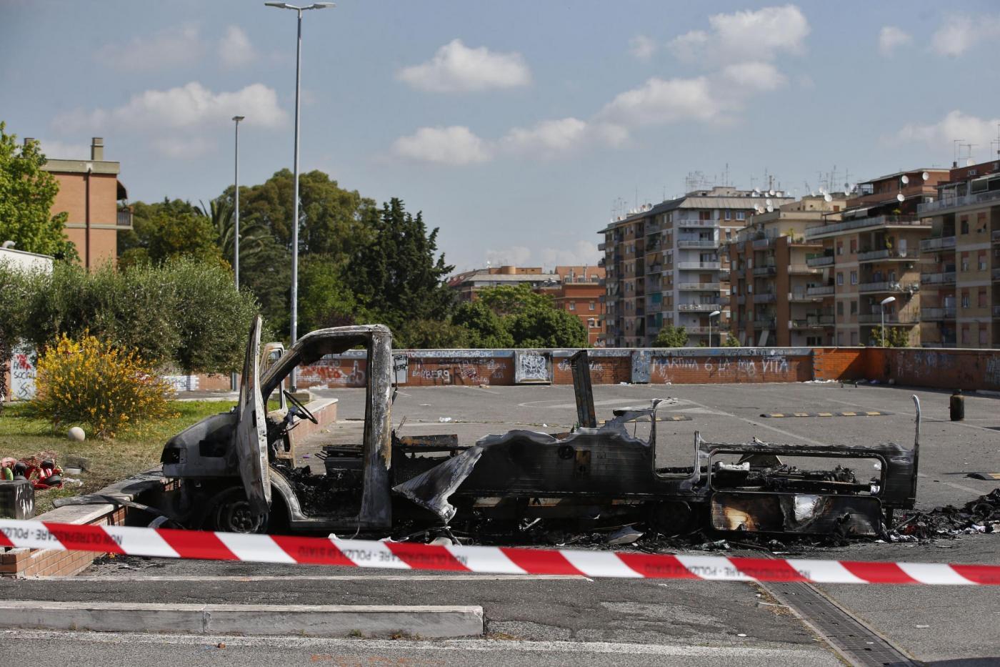 Roma, camper in fiamme in via Guattari: morte una ragazza e due bambine