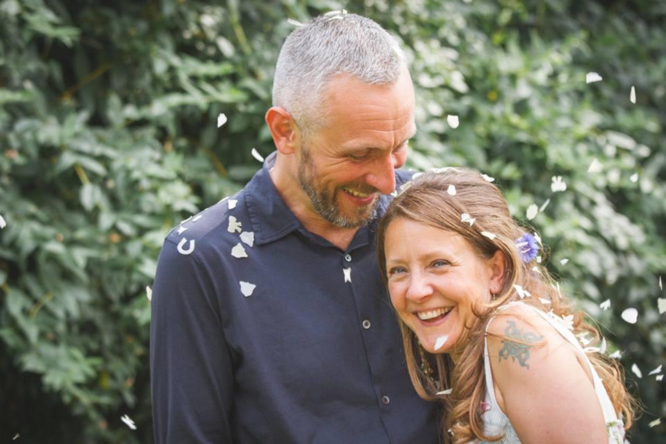 Dorme per sei giorni accanto al corpo della moglie morta : 'Lo consiglio per superare il dolore'