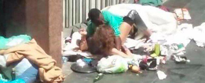 Sesso sul marciapiede nel centro di Roma, la foto fa il giro del web