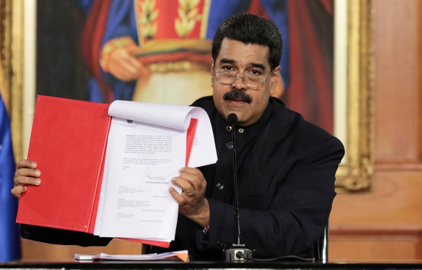 Maduro annuncia la riforma della Costituzione