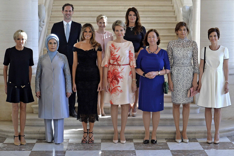 First Gentleman, il marito del premier lussemburghese in posa con le first Lady al vertice Nato