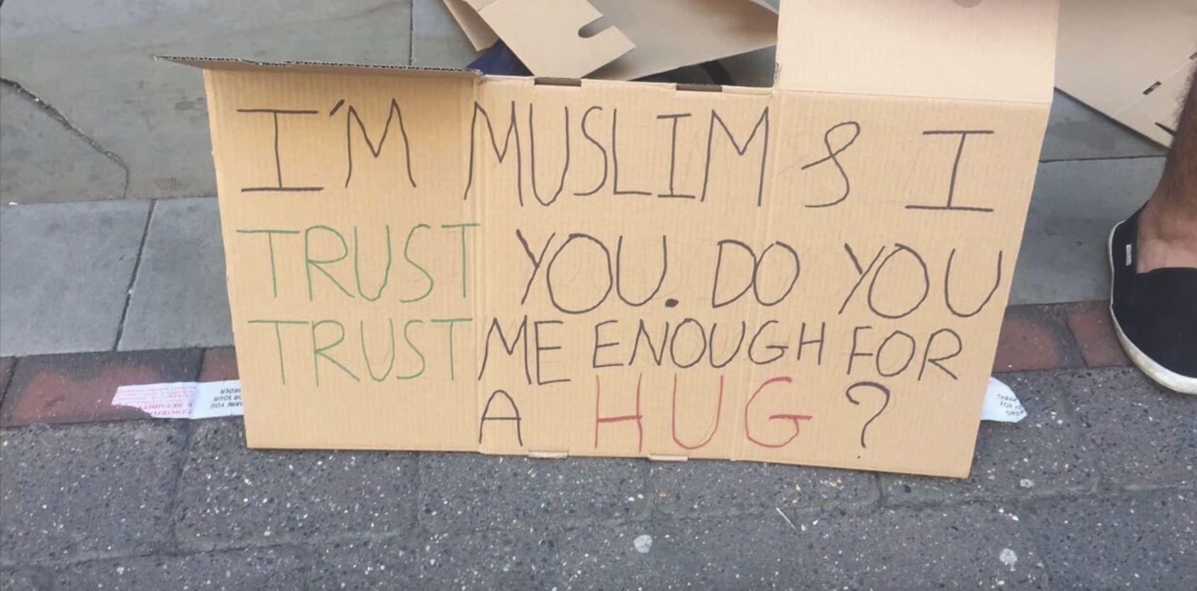 Sono musulmano, abbracciami: così Manchester risponde dopo l'attentato