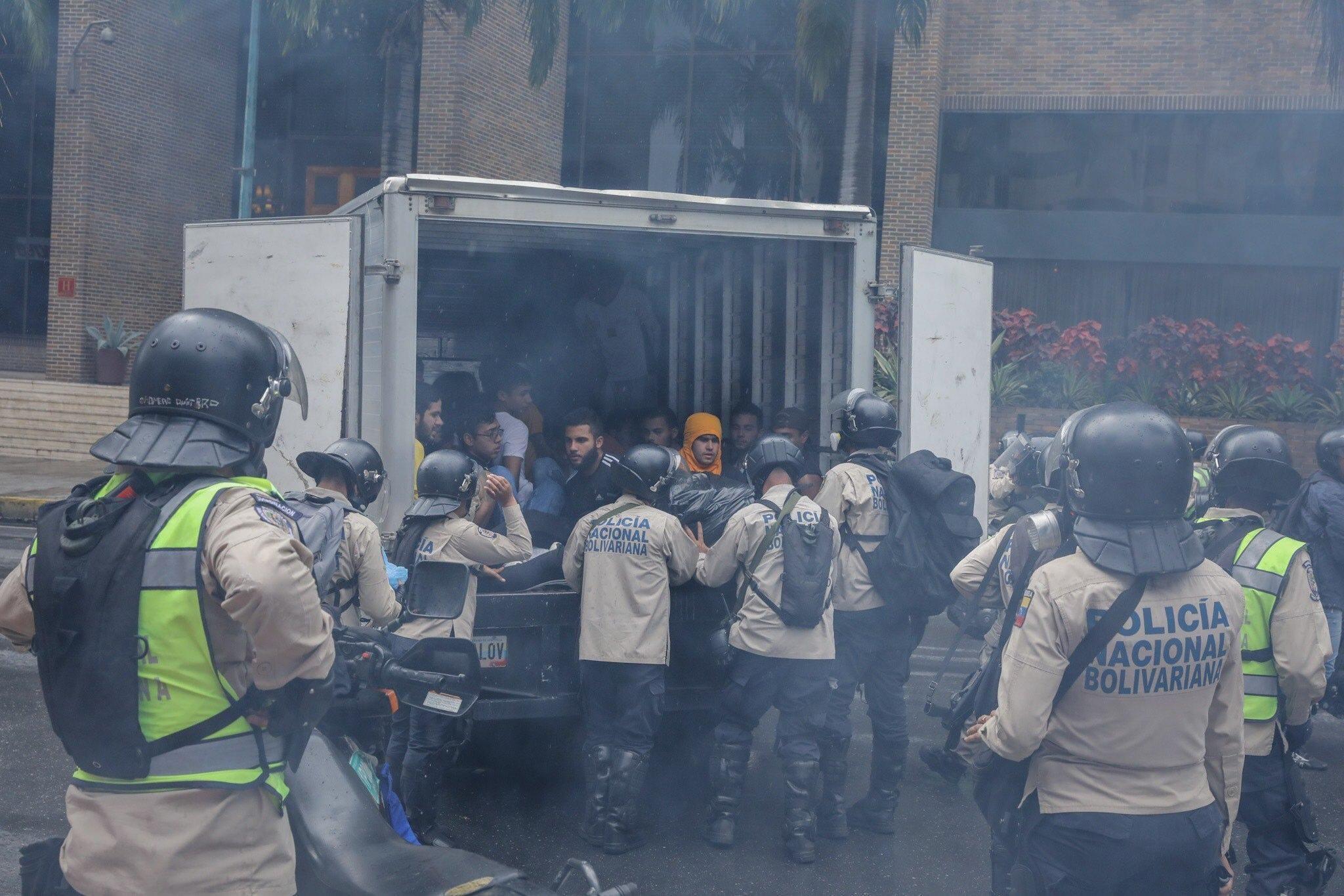 Venezuela: studenti in protesta pacifica a Caracas arrestati brutalmente