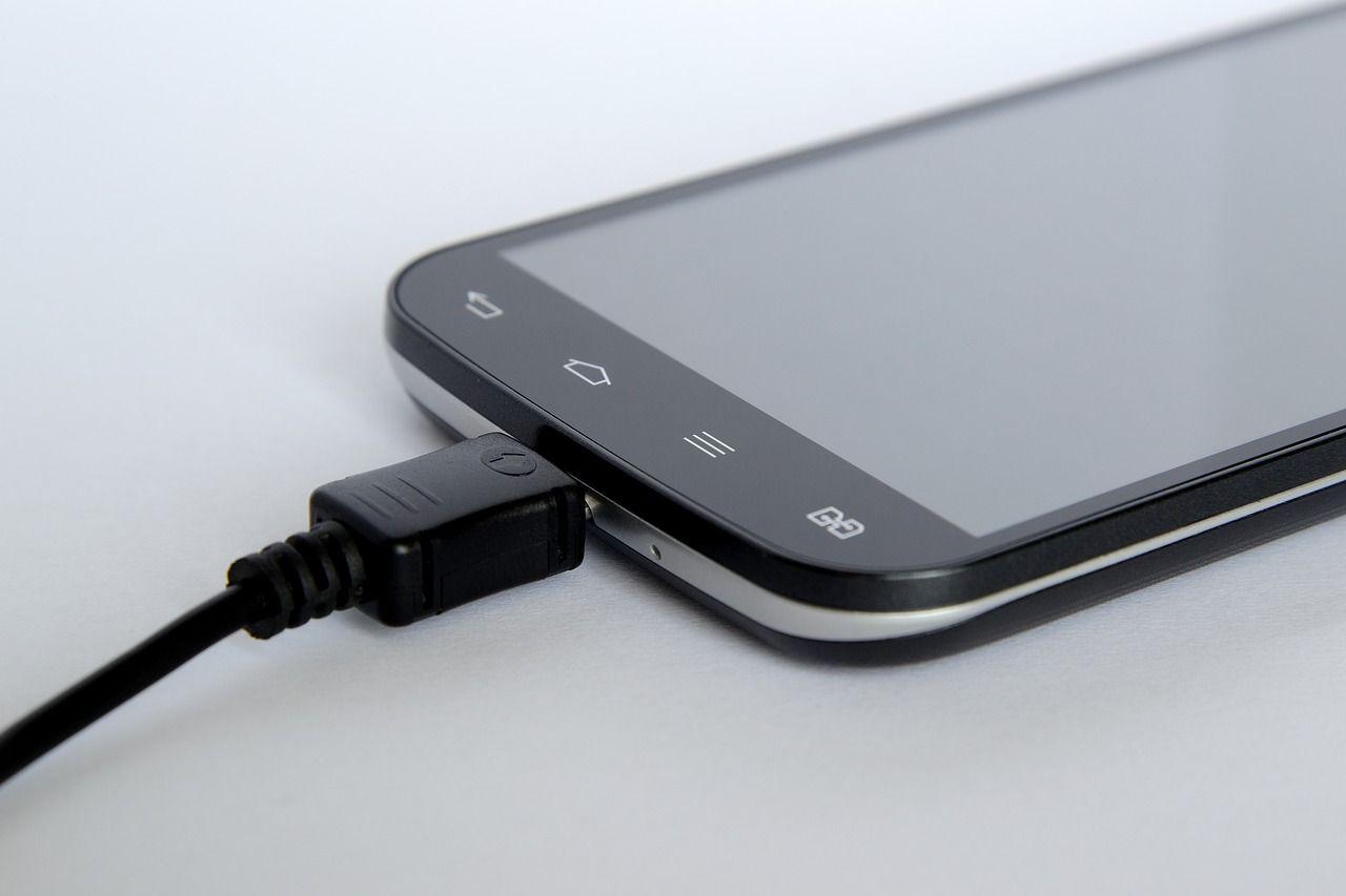 Batteria smartphone: in futuro la ricaricheremo solo quattro volte l'anno