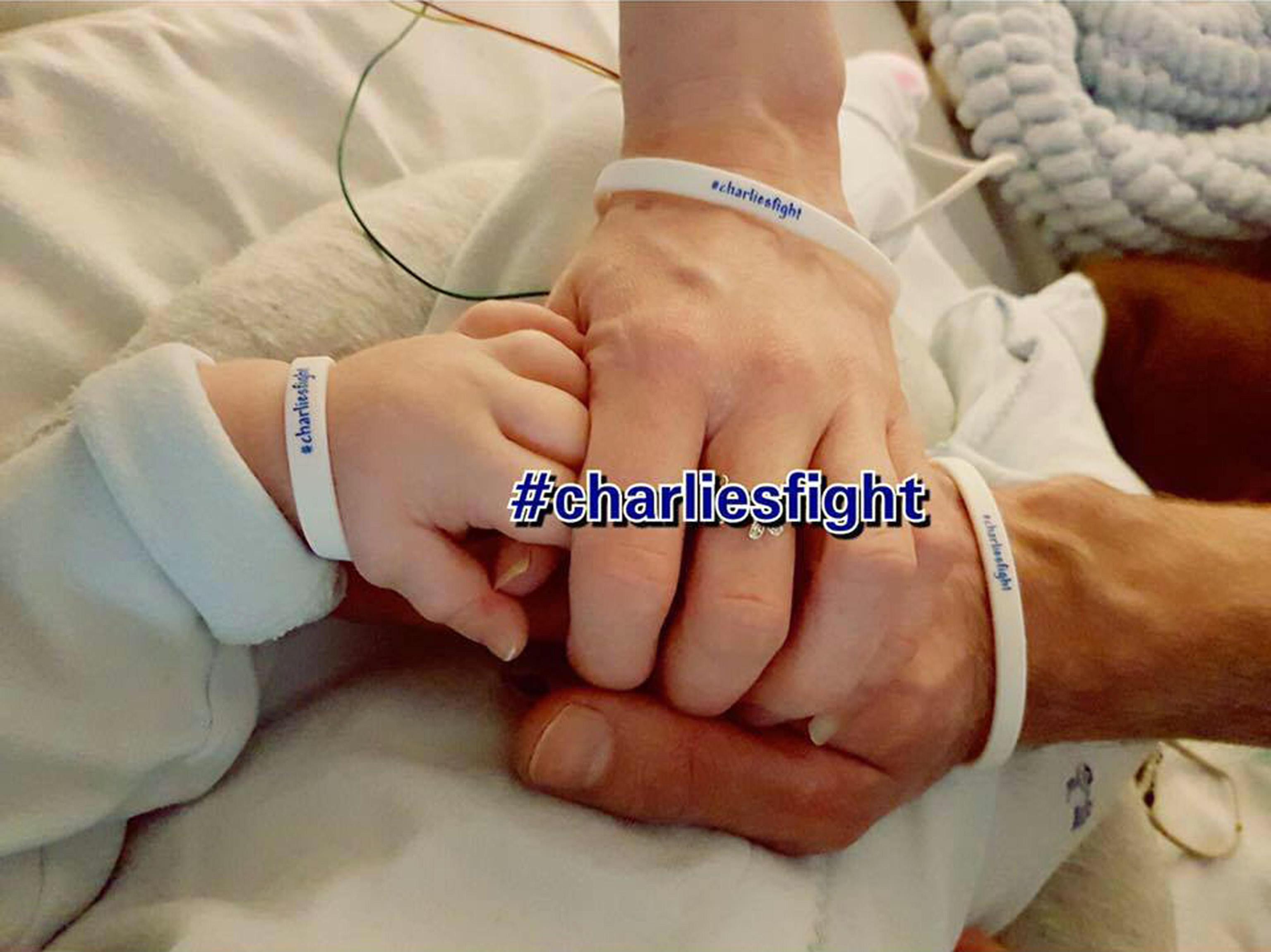 Charlie Gard, il bimbo di 11 mesi a cui sarà staccata la spina contro il volere dei genitori