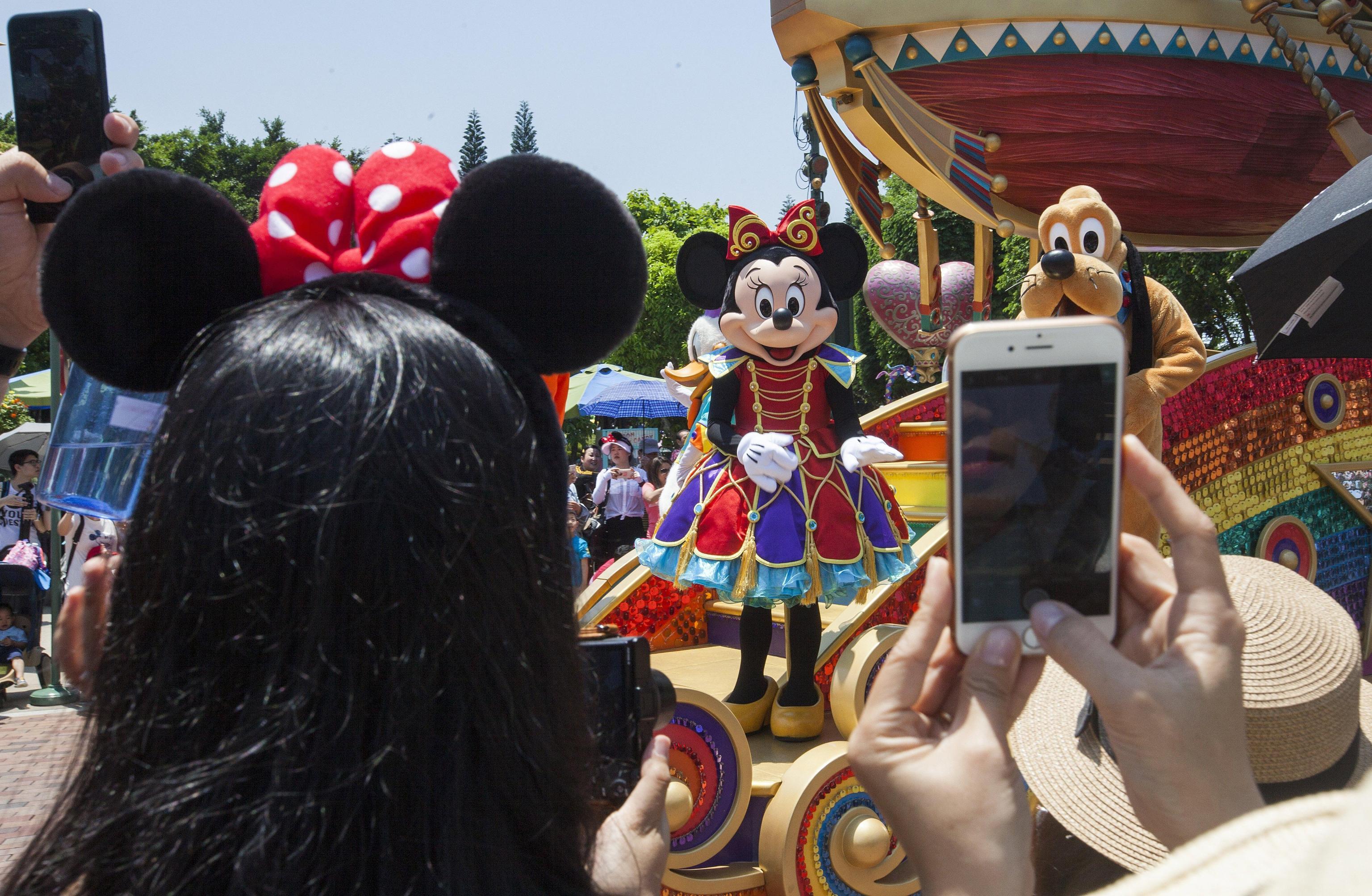 Porta il figlio di 5 anni a Disneyland e lo uccide