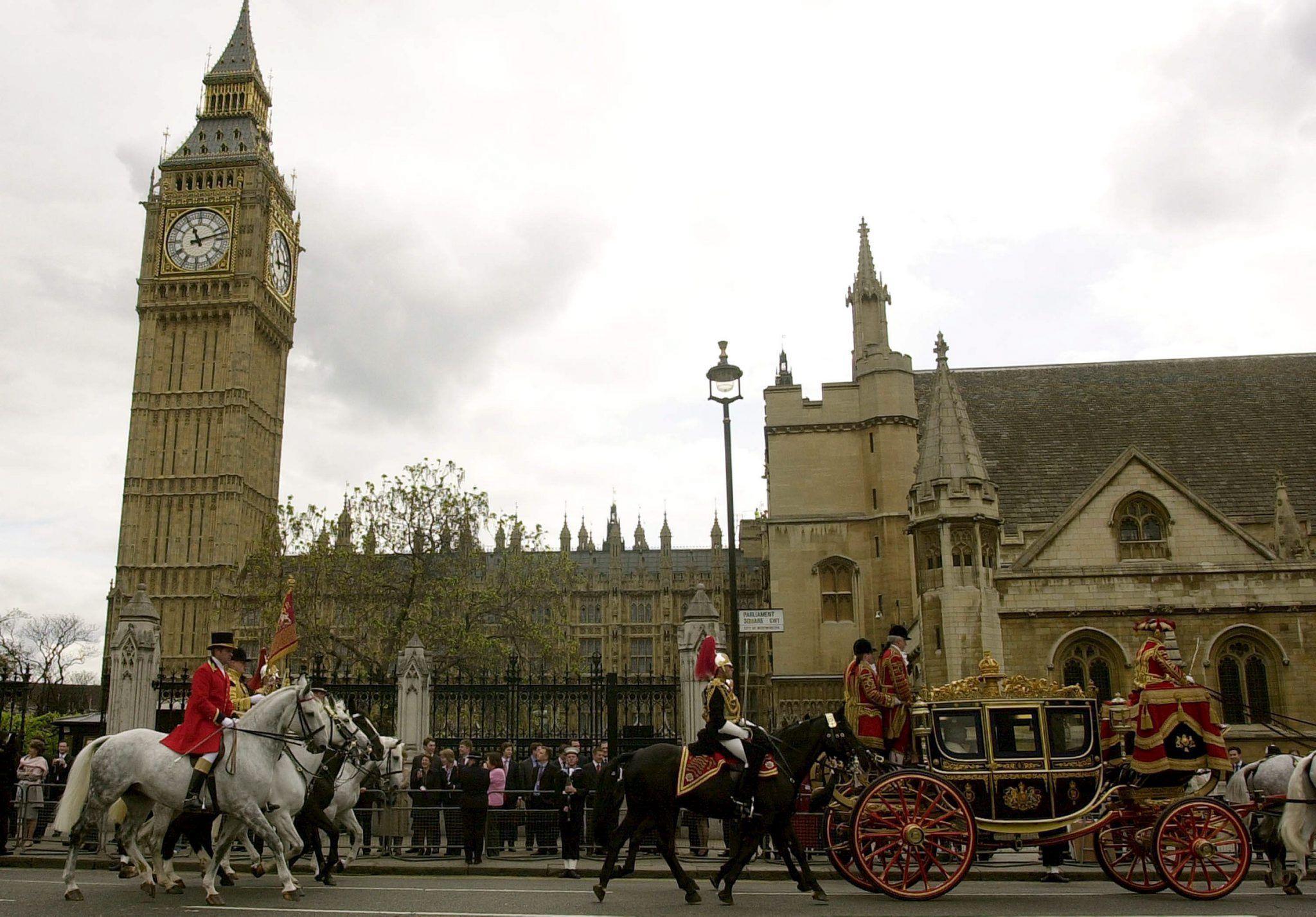 Londra: uomo armato fermato a Westminster. Parlamento chiuso per sicurezza