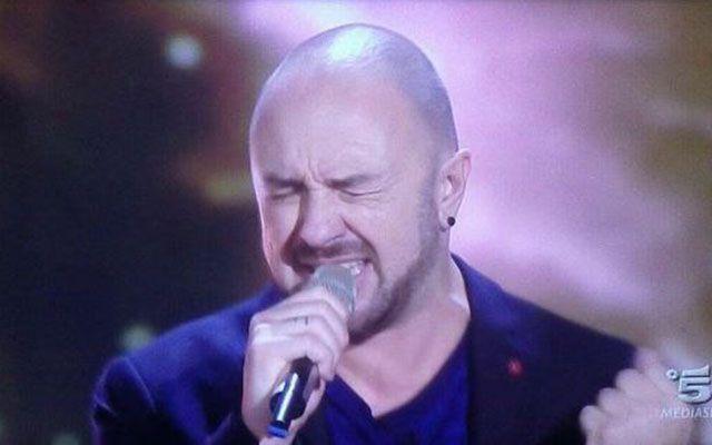Alessandro Canino a The Winner Is: il cantante di Brutta vince la 3^ puntata