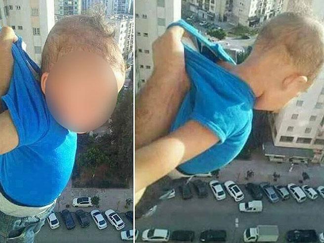 Tiene il figlio sospeso nel vuoto: «Mettete mille mi piace su Facebook o lo butto giù»