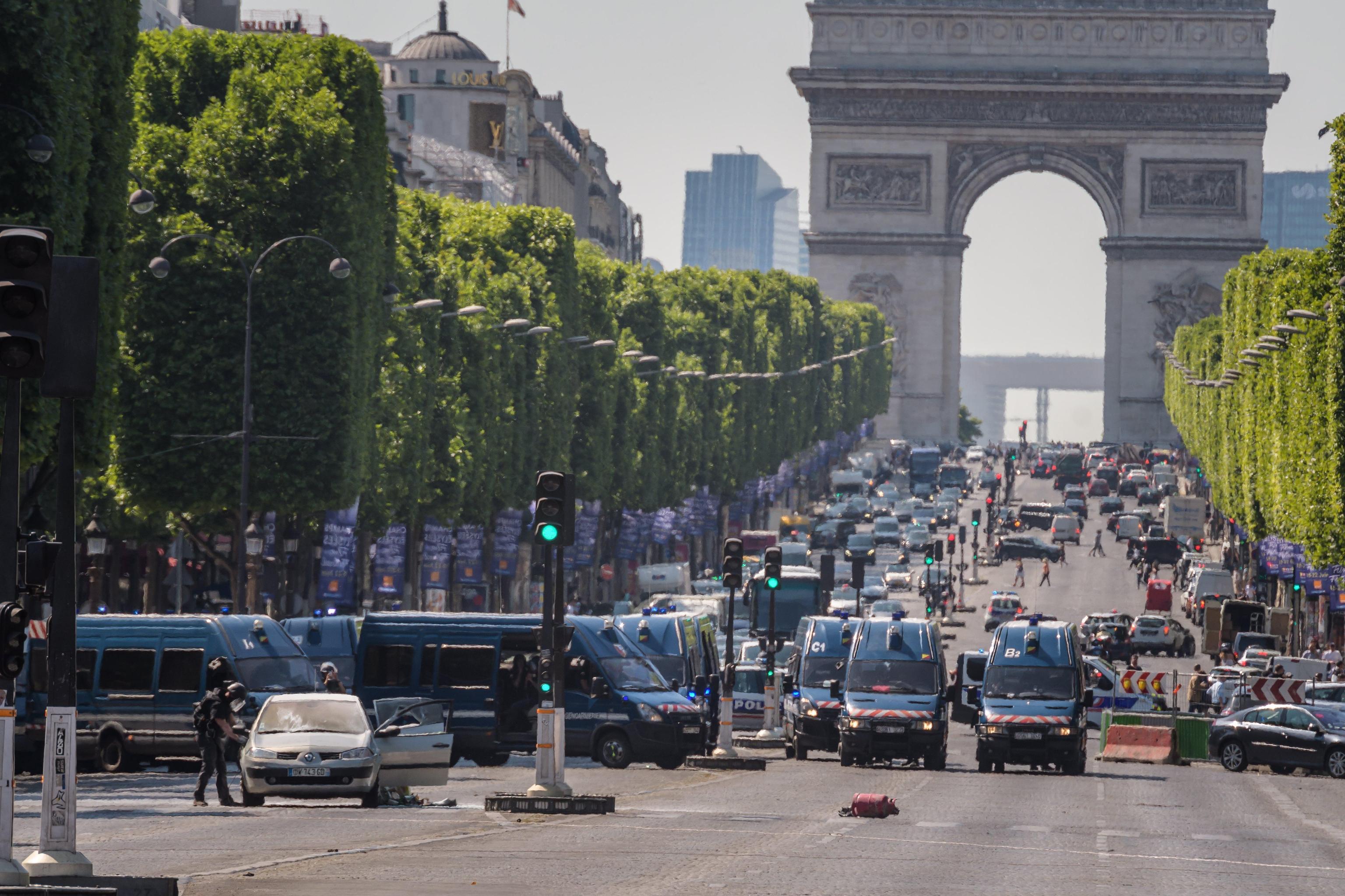 Attentato Parigi, auto contro camionetta della Polizia sugli Champs-Elysées: per le autorità è un attacco kamikaze