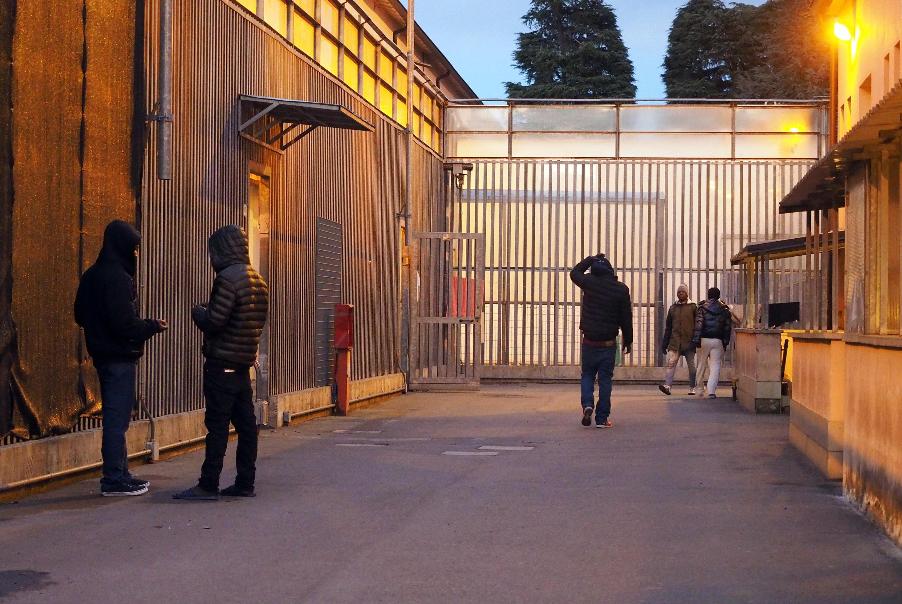 Emergenza sbarchi, migranti protestano per l'arrivo di altri migranti al centro di Cona