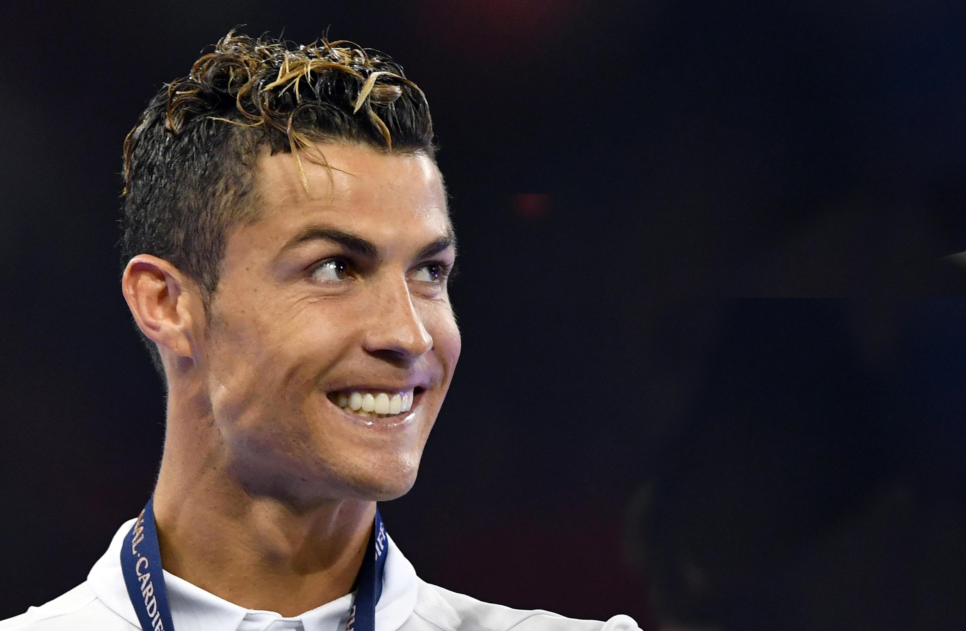 Cristiano Ronaldo mostra i gemellini appena nati, la foto su Twitter