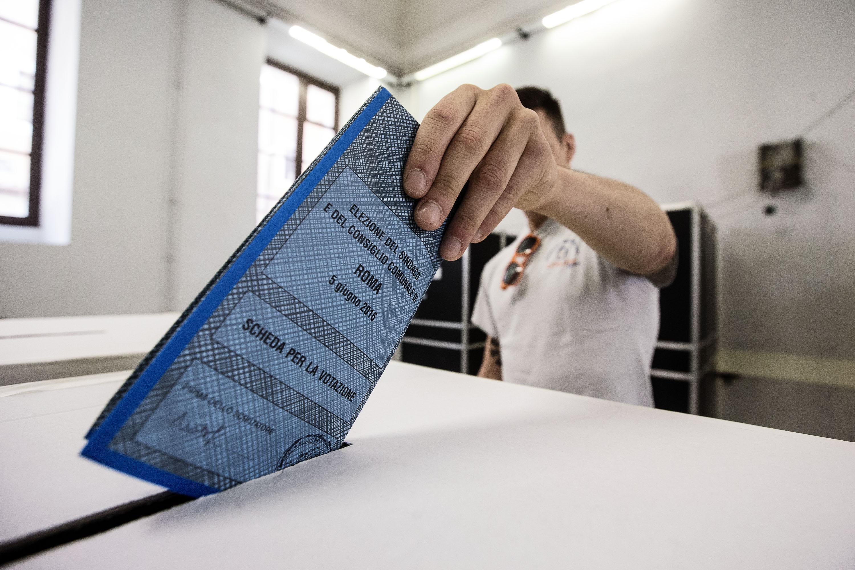 """Buccarella (M5S) si sfoga: """"F.d.p.comprano voti con i ventenni"""""""