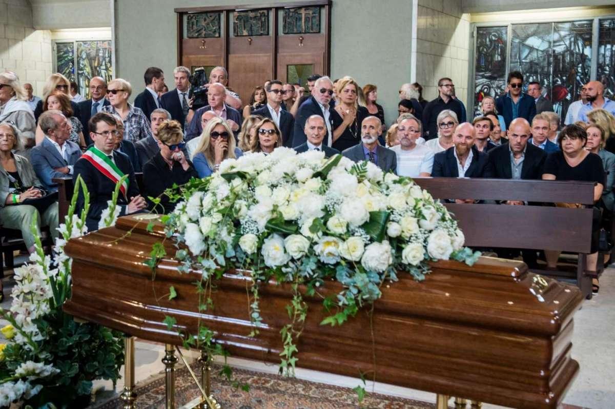 Funerali Paolo Limiti: lacrime e applausi per l'addio al conduttore tv