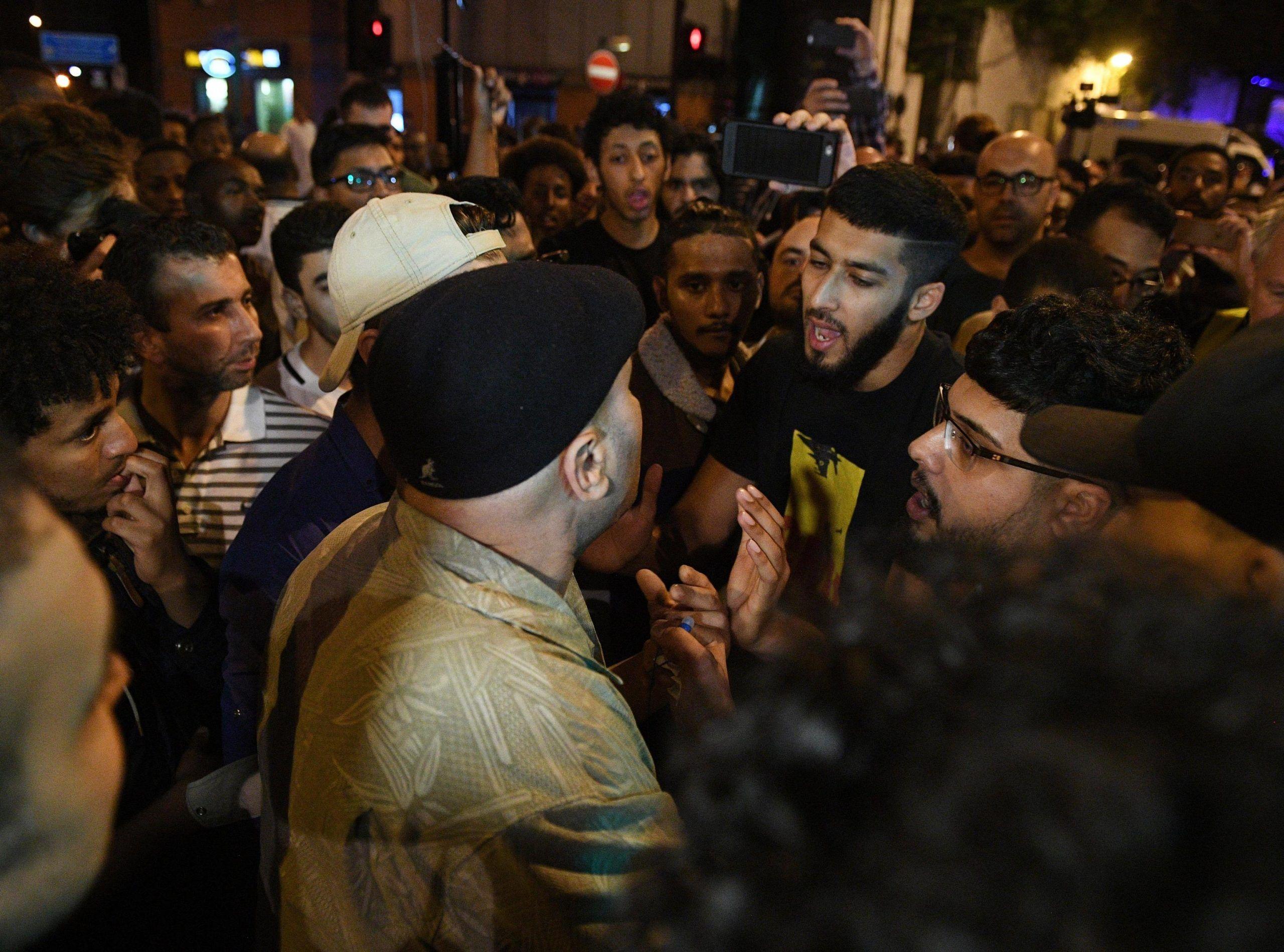 Attentato Londra, furgone contro fedeli vicino moschea: un morto e 10 feriti, arrestato un uomo bianco di 48 anni