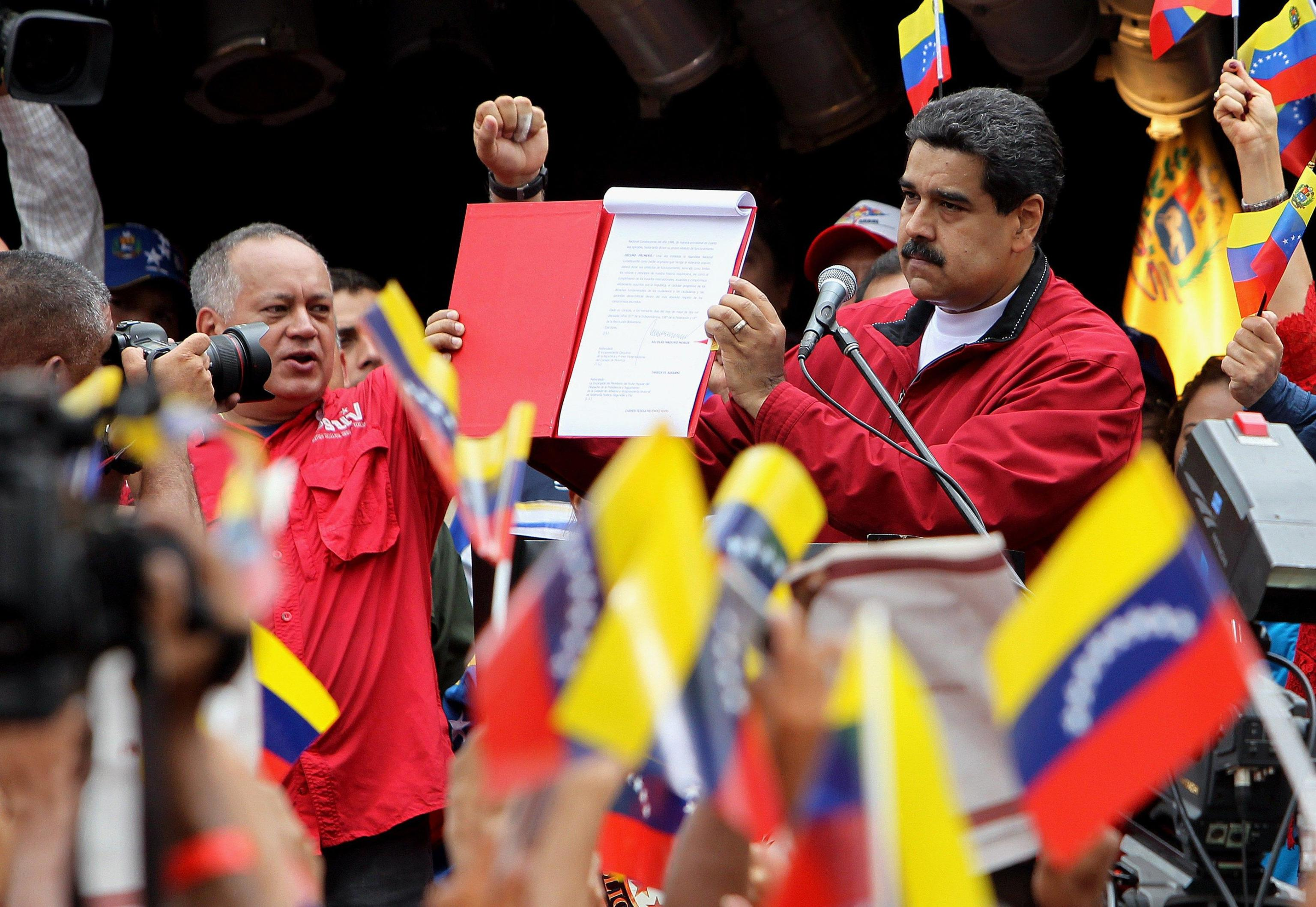 Maduro signs decree to elect Assembly to approve new Constitution