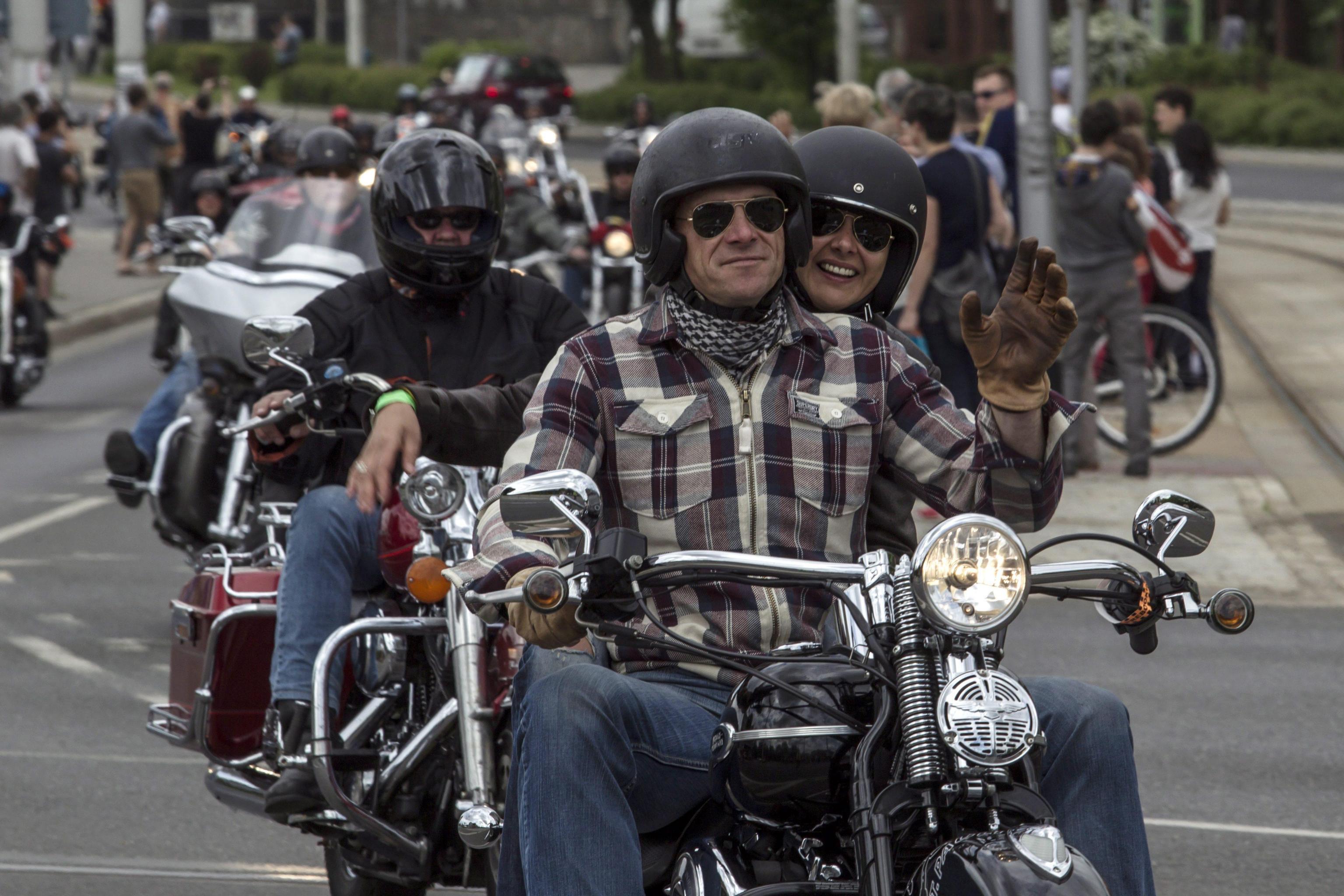 Motociclista dimentica la moglie in autostrada e se ne accorge dopo 40 chilometri