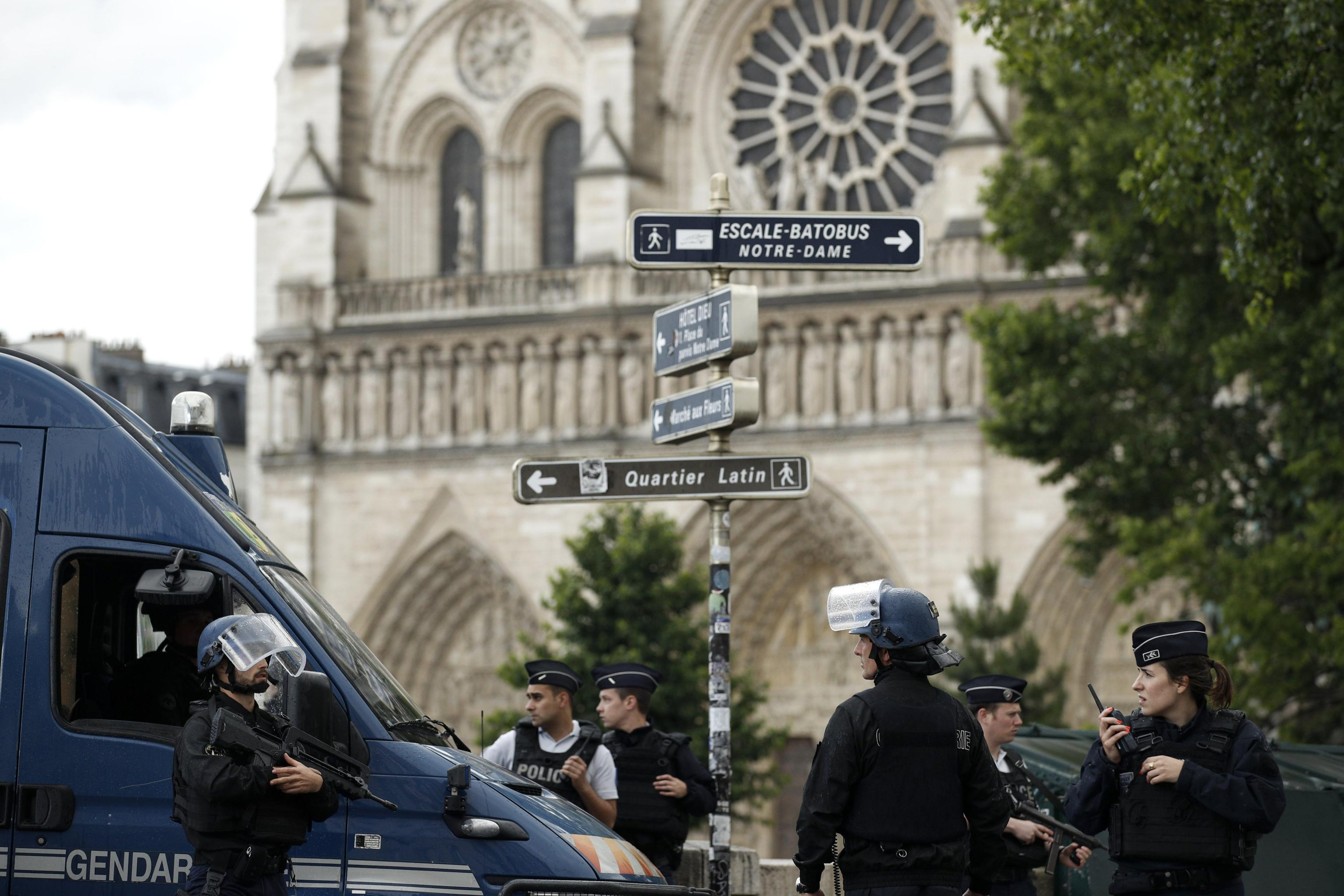Attentato Parigi a Notre-Dame: l'aggressore era un giornalista algerino fedele all'Isis